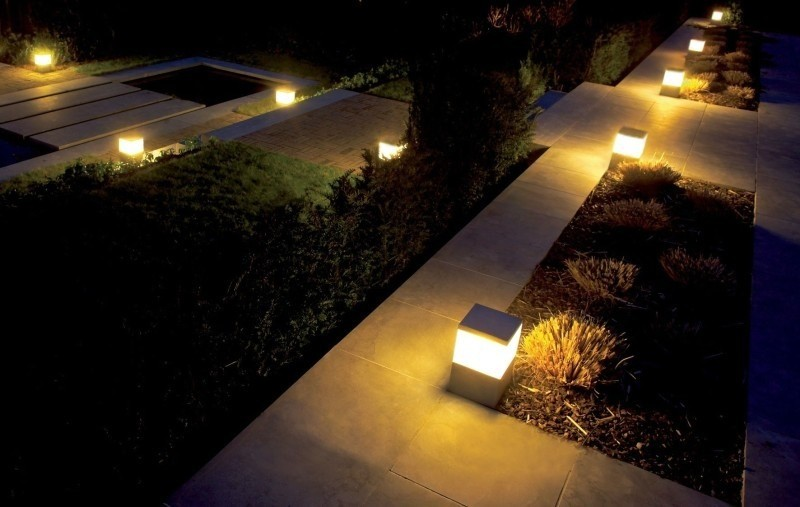 Decorar tu jard n con luz hab talapp for Focos para exterior jardin