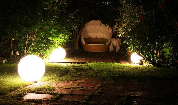 Decorar tu jard n con luz hab talapp - Luces exterior jardin ...