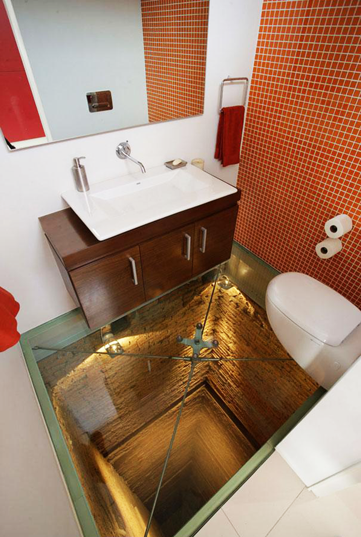 Baño con piso de vidrio